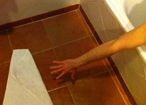 Se queda aislado en la ducha al no alcanzar la alfombrita for Duchas grival colombia