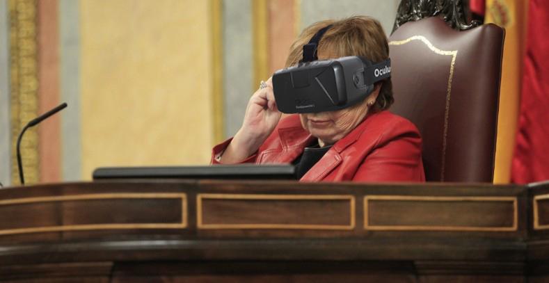 """Celia Villalobos acude al Congreso con unas gafas de realidad virtual para jugar al """"Mortal War"""""""