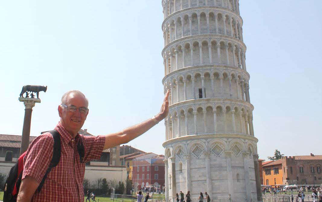 foto de Un turista lleva veinte años sujetando la Torre de Pisa
