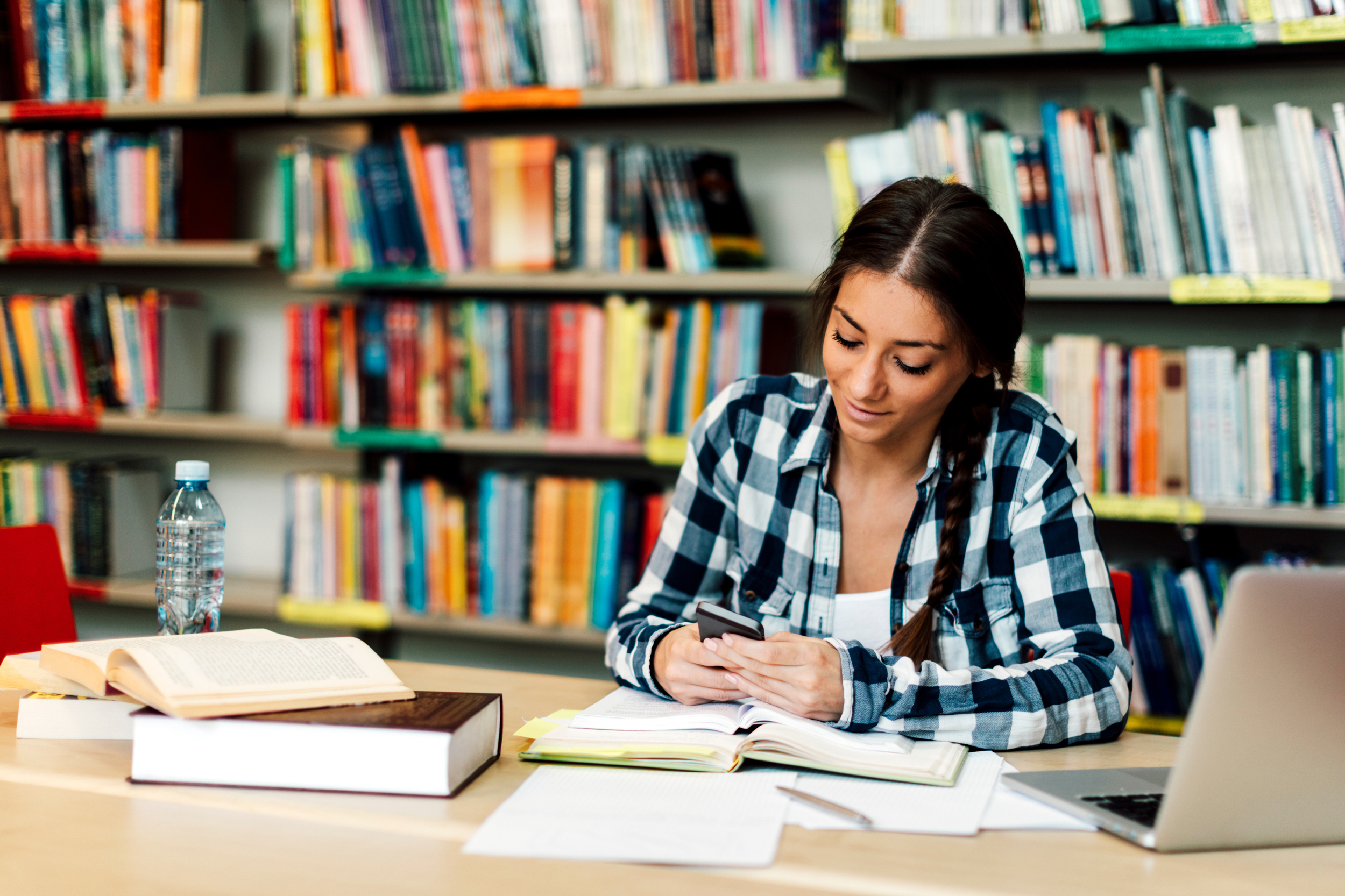 Miles de estudiantes empiezan a preparar sus exámenes pasando largas horas en la biblioteca mirando el móvil | El Mundo Today