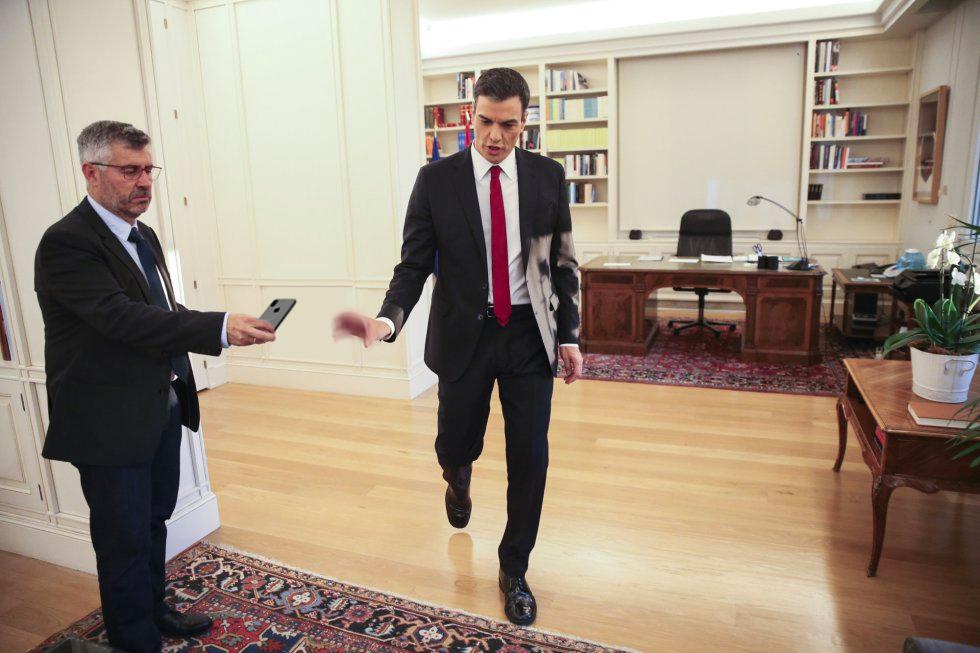 TVE publica un vídeo de Pedro Sánchez corriendo sin llegar a tiempo a coger el teléfono
