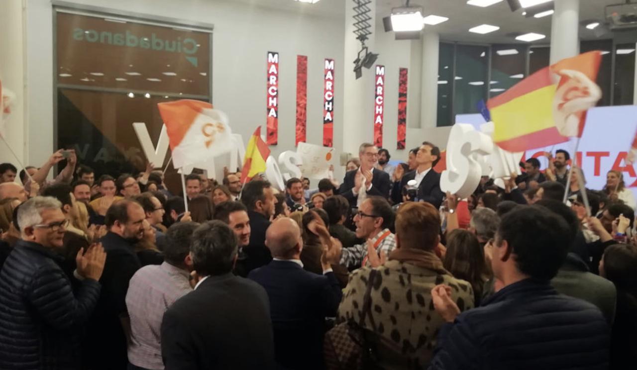 """Cientos de votantes de Ciudadanos se congregan frente a la sede del partido para gritar """"Con Rivera no"""""""