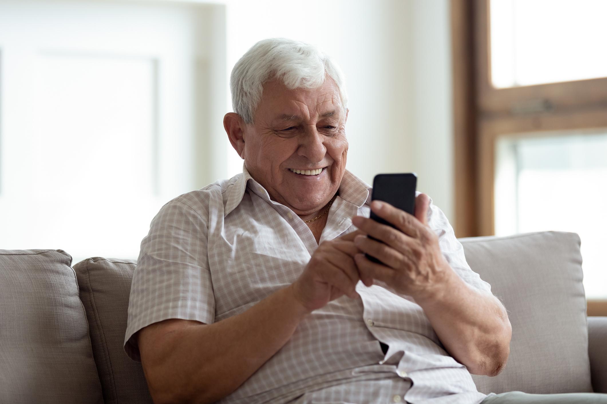 Ancianas Haciendo El Amor un anciano lleva 12 días hablando con una fotografía de su